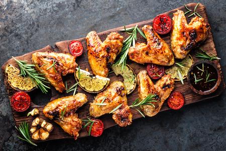 ailes de poulet appétissantes grillées au barbecue avec des épices et des légumes jusqu'à ce qu'elles soient croustillantes Banque d'images