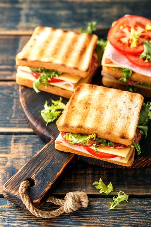 sandwiches with grilled toast ham salami cheese tomatoes and lettuce Stockfoto