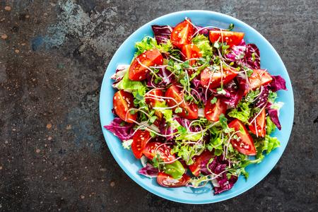 Salatschüssel, gemischtes frisches Gemüse, gesundes, sauberes Essen, Diätessen