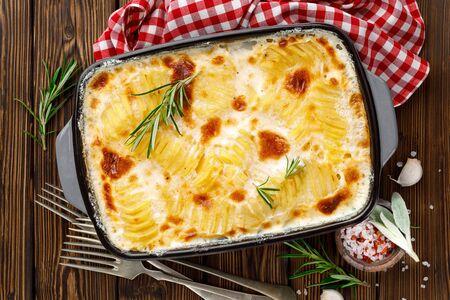 Patate gratinate. Patate al forno con panna, formaggio e aglio Archivio Fotografico