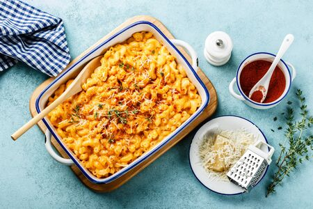 Mac and cheese. traditional american dish macaroni pasta and a cheese sauce Foto de archivo - 129760866