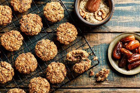 Healthy dessert. Homemade oatmeal cookies with dates and nuts, do not contain sugar, butter and eggs. Banco de Imagens