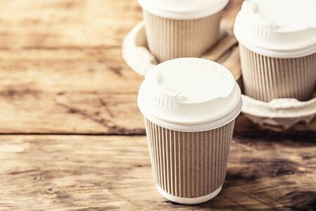 Café ou thé dans un gobelet en papier avec couvercle