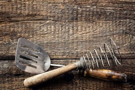 Culinary background. Kitchen utensils on a wooden table and space for recipe or menu Imagens