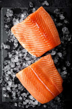 Salmon fillet. Slices of fresh raw salmon fish on ice Imagens