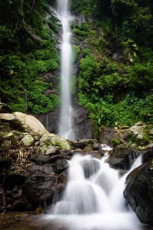 Bella scena della cascata di Semirang con acqua liscia e incantevole. Una cascata che è una destinazione turistica nella città di Ungaran, Semarang, Indonesia.