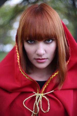 the little red riding hood: Retrato de la ni�a de pelo rojo en una campana de color rojo