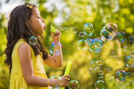 burbujas de jabon: Ni�a con pompas de jab�n