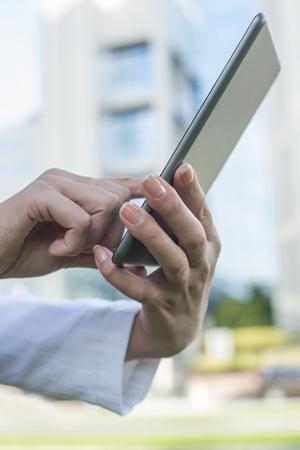 Woman Using Tablet numérique