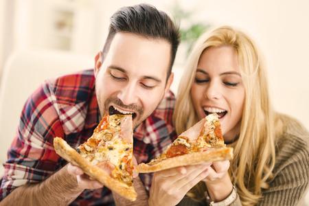 Pareja comiendo pizza Foto de archivo
