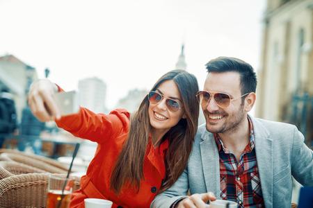 Gelukkig paar dat een selfie neemt. Opgehoopt schot van een hartelijk jong paar die een selfie nemen.