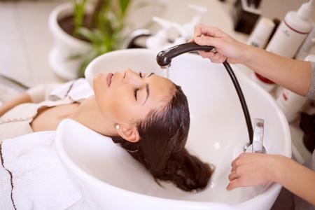 Portret van vrouwen die haar te wassen in een beauty salon.Hairdresser het wassen van haar. Stockfoto
