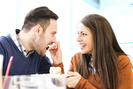 pareja comiendo: Pares que comen la torta