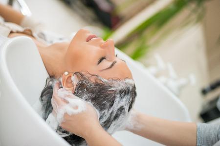 Portret van vrouwen die haar te wassen in een schoonheidssalon