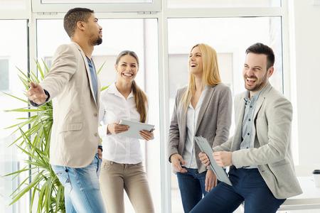 personas comunicandose: group.Group negocio de éxito de gente sonriente de negocios de pie y comunicarse. Foto de archivo