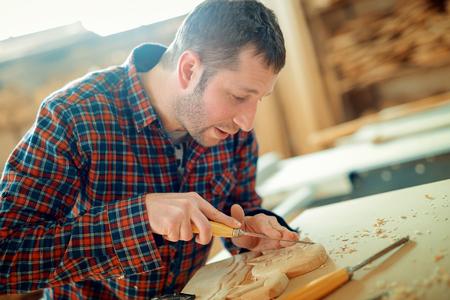 competencias laborales: Carpintero en work.Wood grabado, de cerca. Foto de archivo