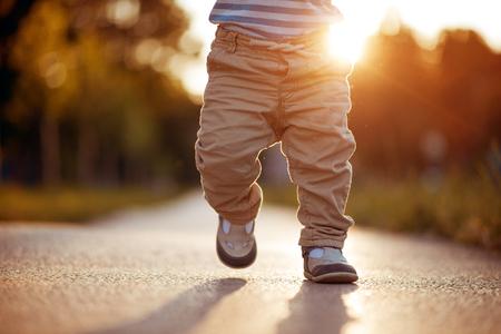 Eerste stappen van de baby. De eerste onafhankelijke stappen.