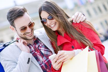 Het jonge paar winkelen in de city.Close up van een paar genieten samen winkelen. Stockfoto