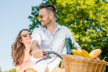 Szczęśliwa młoda kochająca para relaksuje się w parku