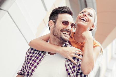 Jeune couple heureux se serrant sur la rue de la ville. Banque d'images - 68203553