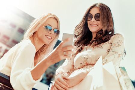 Vrienden maken selfie.Two jonge vrouwen die selfie in de stad. Stockfoto - 71299537