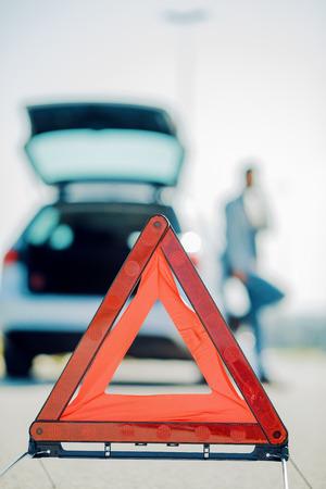 Auto problemen, rode gevarendriehoek op de weg. Stockfoto - 71299525