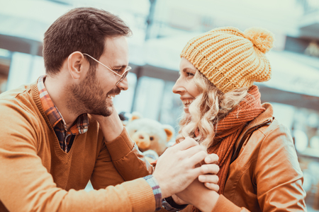 Jeune couple heureux étreindre sur la rue de la ville, ils s'amusent. Banque d'images - 71299528