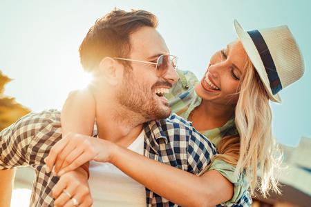 暑假玩樂快樂的夫婦。