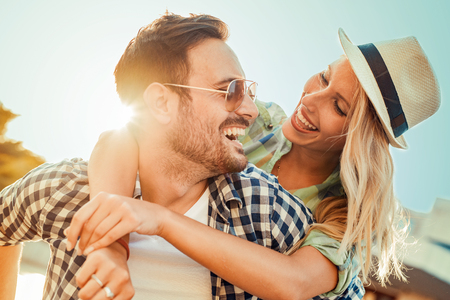 couple, Enthousiaste amuser en vacances d'été. Banque d'images - 71325480