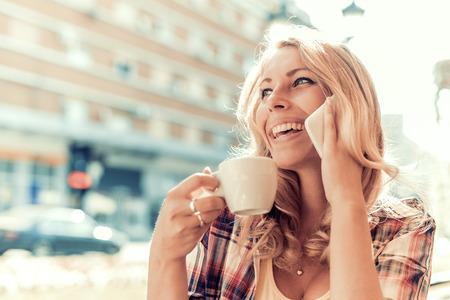 Gros plan d'une femme utilisant un téléphone intelligent dans un café. Banque d'images