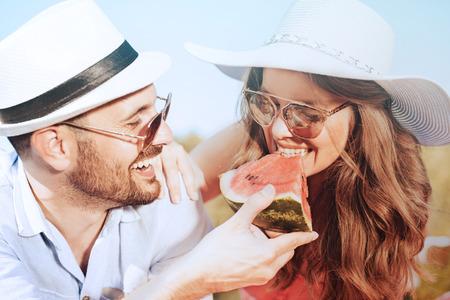 Gelukkig paar op een picknick eten watermeloen op een zonnige dag. Stockfoto - 71299533