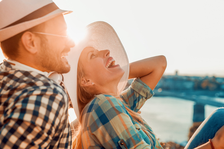 Pares alegres que se divierten en vacaciones de verano.
