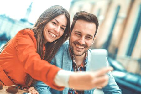 Jong paar dat een selfie en plezier buitenshuis. Stockfoto - 71325488