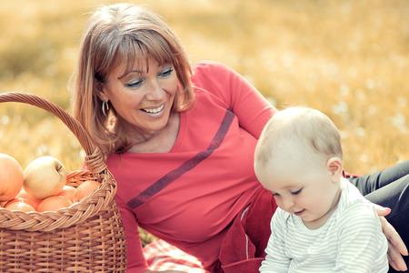 Familie in het najaar spelen park.Mom met zoon kind in de herfst natuur. Stockfoto - 71296865