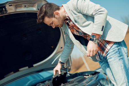 Hombre que tiene un problema con el coche. Foto de archivo