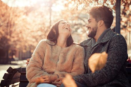 Jeune couple heureux étreindre sur la rue de la ville, ils s'amusent.