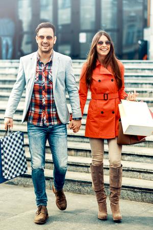 Pareja joven sosteniendo un concepto bags.Sale compras, el consumismo y la gente. Foto de archivo
