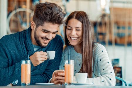 Heureux couple appréciant un café au café. Banque d'images - 71296790