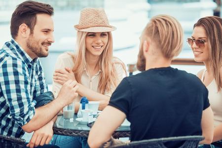 Vrienden te ontmoeten bij de lokale koffieshop en plezier maken.