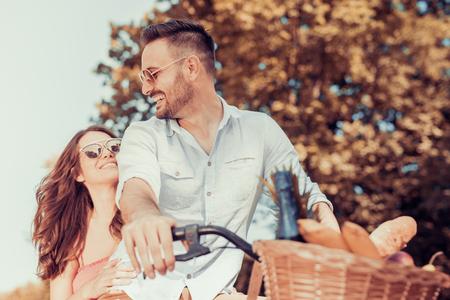 Bonne jeune couple va pour une balade à vélo dans la nature.
