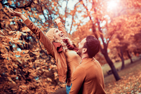 Couple in love in autumn.Smiling young couple hugging in the park. 版權商用圖片