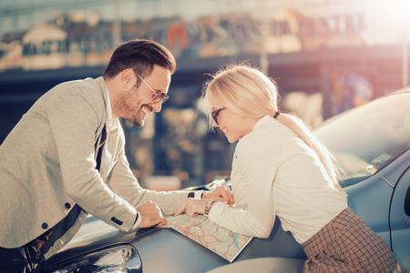 Sourire homme et une femme en utilisant la carte sur roadtrip.Leisure, voyage sur la route, Voyage et les gens concept. Banque d'images