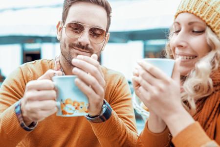 Jong stel met plezier, terwijl bij elkaar zitten in een stad cafe.