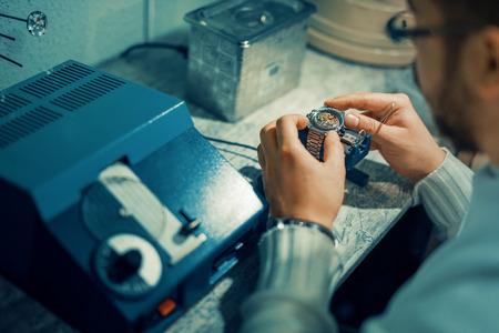 Close-up portret van een horlogemaker op het werk. Stockfoto
