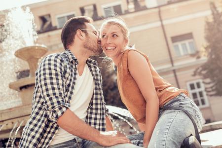 Beeld van een gelukkig lachend paar in de stad.