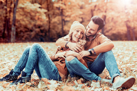 Couple in love in autumn.Smiling young couple hugging in the park. Stockfoto