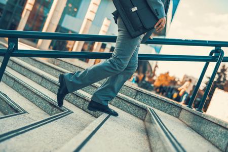 Close-up van zakenman met een aktetas lopen in een stad street.Hurrying om te werken.