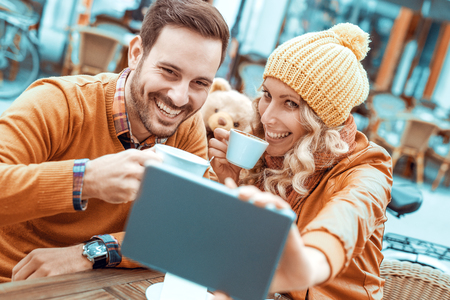 Cropped shot of an affectionate young couple taking a selfie in cafe. Stockfoto