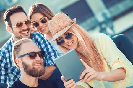 Groep vrienden het nemen van een selfie met smartphone.