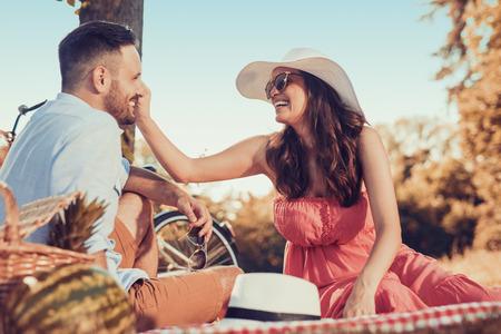 Shot van een mooi paar op een picknick in het park.